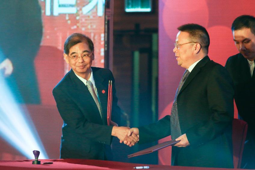 汉声(贵金属)总裁兼合规总监黄云龙先生(左一)与贵州省黔东南州工商联副主席余永光先生(右一)合影留念